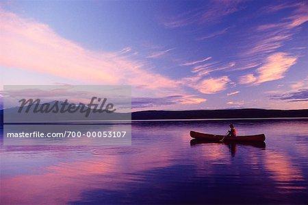 Homme canoë sur Takla Lake British Columbia, Canada