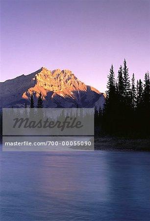 Lac Bow et Cascade Mountain avec brouillard, Parc National Banff, Alberta, Canada