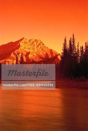 Lac Bow et Cascade Mountain au coucher du soleil, le Parc National Banff, Alberta, Canada