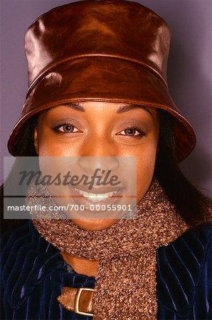 Portrait de femme portant un chapeau et foulard