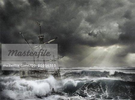Navire en mer orageuse avec rayon de soleil à travers les nuages