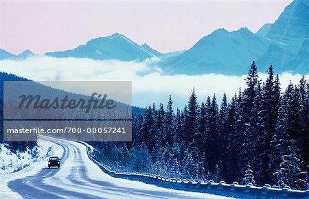 Camion sur la route de ligné en hiver, le Parc National Jasper (Alberta), Canada