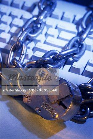 Gros plan de cadenas et de chaîne sur le clavier de l'ordinateur