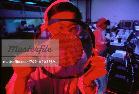 Frau arbeitet in Mikrochip-Produktionsanlage, Singapur