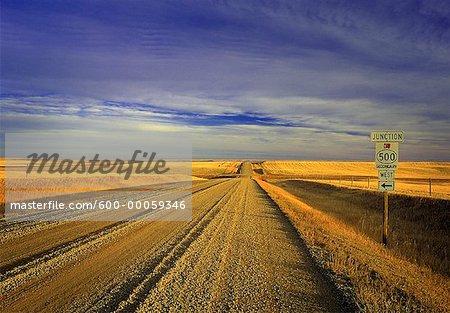 Route de campagne et le ciel, sud de l'Alberta, Canada