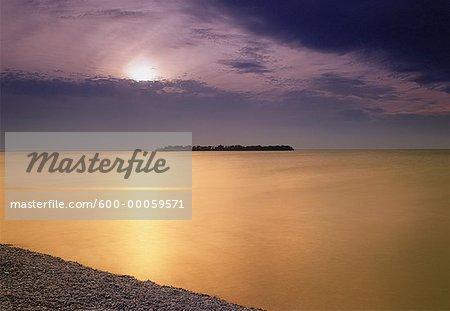 Coucher de soleil sur l'île Steep Rock Beach Park, Manitoba, Canada