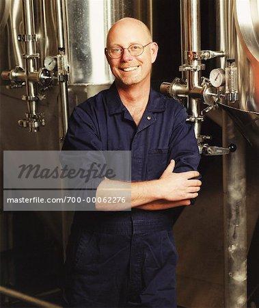 Porträt von Man Standing in der Nähe von Containern in der Brauerei