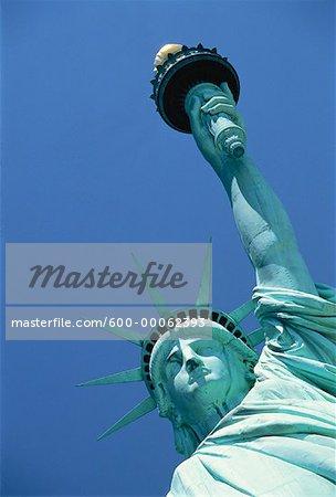 Regardant vers le haut de la Statue de la liberté et le ciel, New York, New York, USA