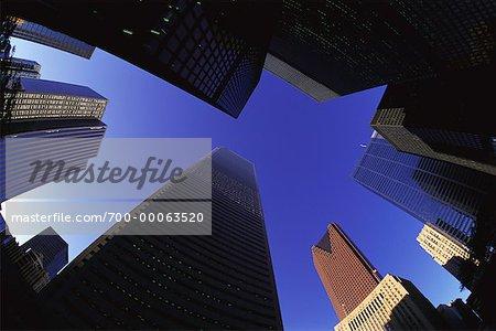 Regardant vers le haut des tours de bureaux et ciel de Toronto, Ontario, Canada