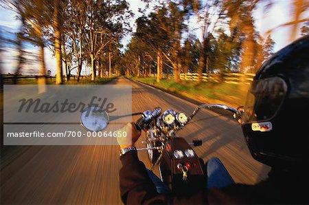 Personne conduire la moto sur route Pokolbin Vineyard, Australie