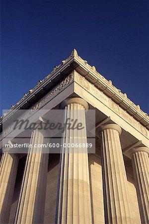En regardant vers le haut des colonnes au Lincoln Memorial, Washington, D.C., USA