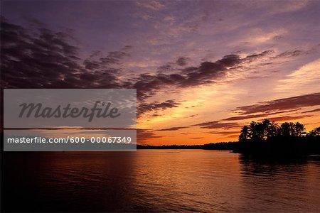 Lac et arbres au lever du soleil, Stony Lake, Ontario, Canada