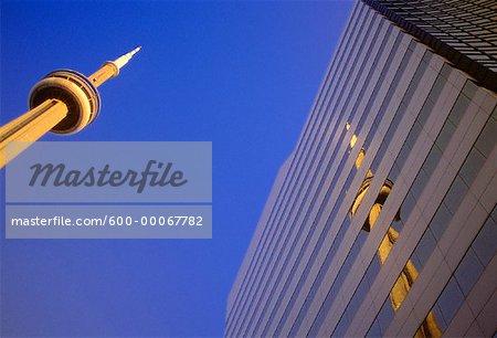 La tour CN et réflexion sur Office Tower, Toronto, Ontario, Canada