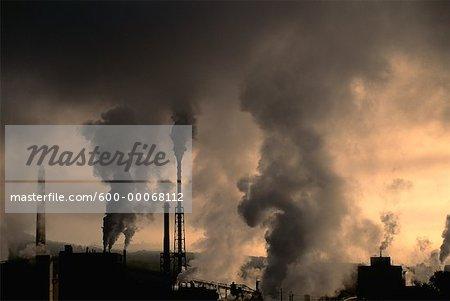 Cheminées gonflées de fumée à l'usine de papier, Rumford Falls, Maine, Etats-Unis