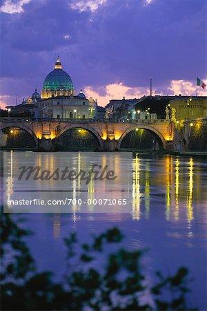 Basilique Saint-Pierre et le fleuve Tevere au crépuscule, cité du Vatican, Rome, Italie
