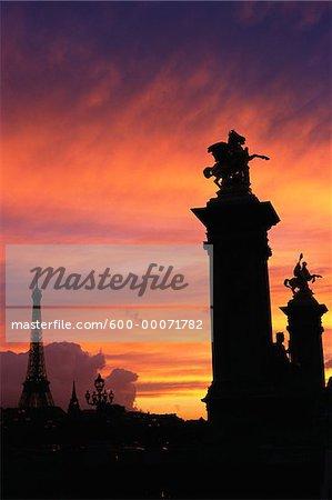 POnt Alexandre-III et la tour Eiffel au coucher du soleil, Paris, France
