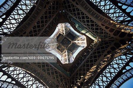 Regardant vers le haut de la Base de la tour Eiffel, Paris, France