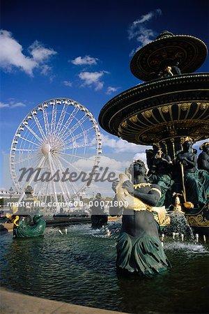 Fontaine et la roue en Place de la Concorde, Paris, France