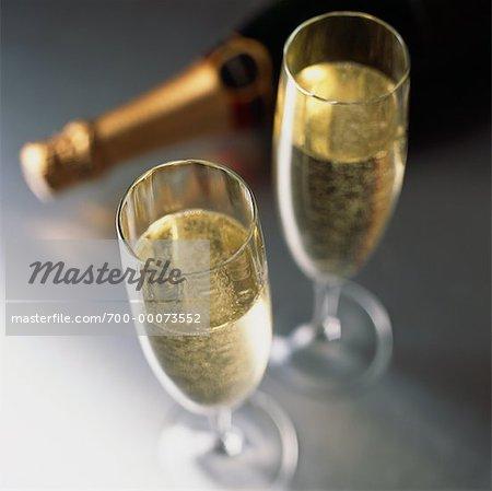 Gläser und eine Flasche Champagner