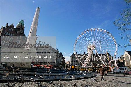 Grande roue et la fontaine de la place du Dam, Amsterdam, Hollande
