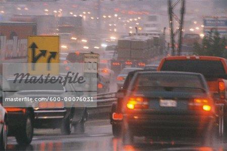 Circulation routière dans la pluie, l'autoroute 401, Toronto, Ontario, Canada