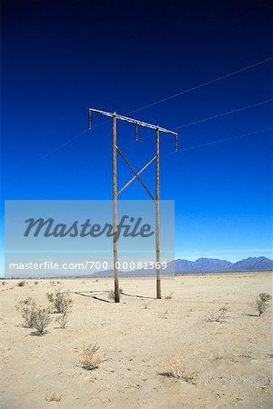 Pôle utilitaire et lignes électriques dans le désert en Arizona, USA