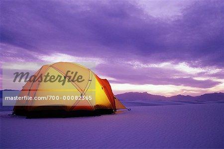 Tente dans le désert au crépuscule sable blanc National Monument au Nouveau-Mexique, États-Unis