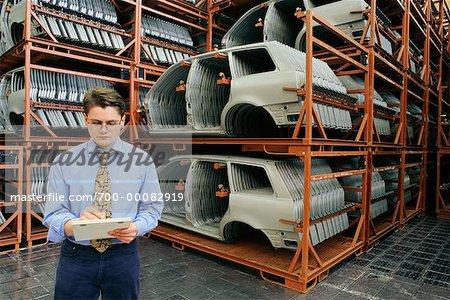 Mann schreiben im Audi-Werk Ingolstadt, Deutschland