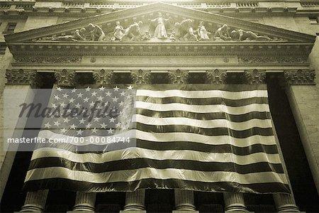 Drapeau américain sur la bourse de New York à la tombée de la nuit de New York, New York, États-Unis