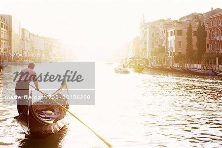 Gondolier aviron au coucher du soleil, Venise, Italie