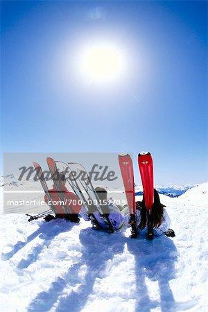 Trois skieurs au soleil