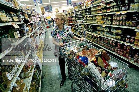 Faire l'épicerie femme