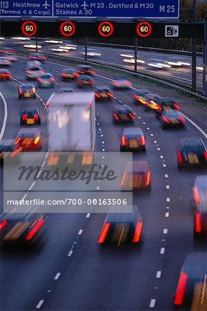 Autobahn-Verkehr mit Lichter Streifen