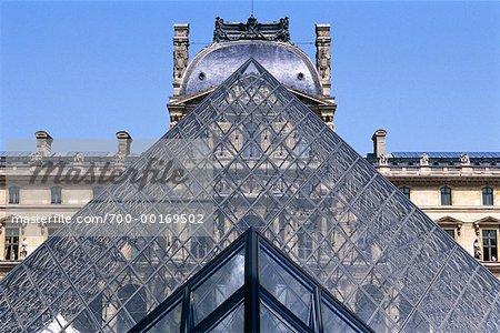 Pyramide et Musée du Louvre, Paris, France