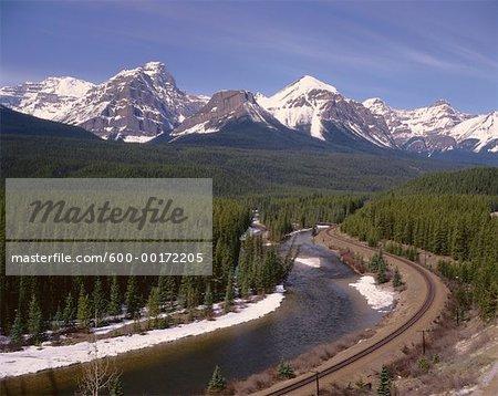 Voies ferrées et les montagnes Rocheuses, le lac Louise, Alberta Canada