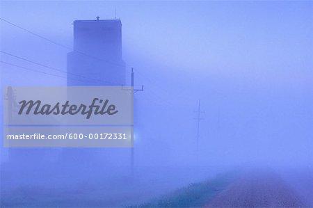 Foggy Dawn, élévateur à grains sur la route #5, près de Grandview, Manitoba, Canada