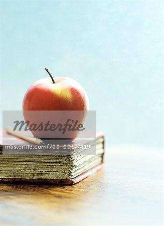 Apple et le crayon sur le livre