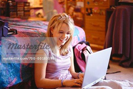 Adolescente avec ordinateur portable
