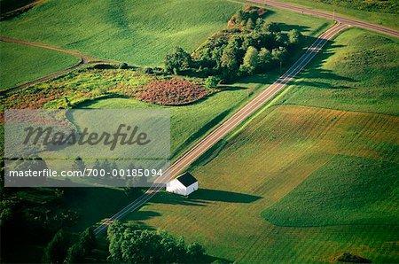 Antenne de la grange sur la route de campagne