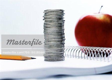Pile de pièces et de fournitures scolaires