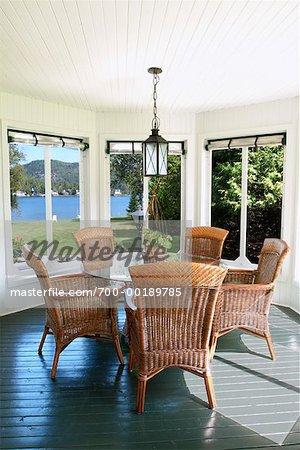Table et chaises en maison de campagne