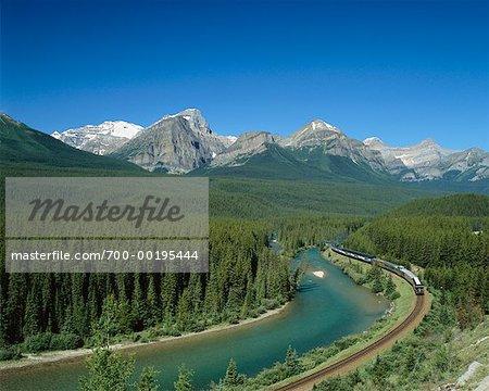 Montagnes Rocheuses et Train lac Louise, Alberta, Canada