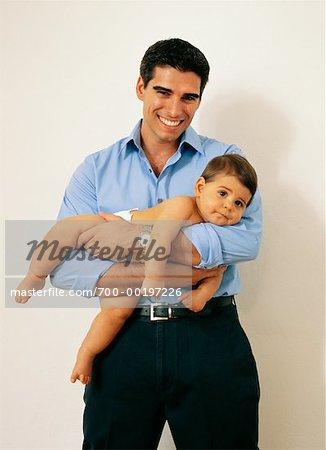 Père Holding Baby