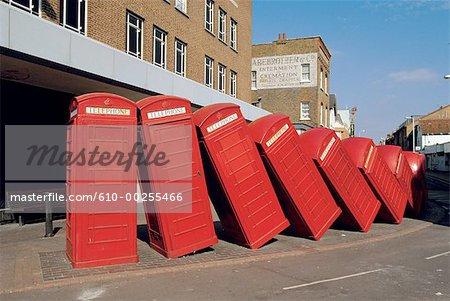 Banlieue de Londres, Londres, l'Angleterre, ligne de boîtes de téléphone