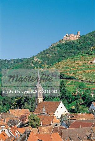 France, Alsace, Village de Ribeauvillé et Château St Ulrich dans le dos