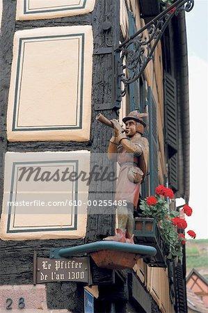 France, Alsace, Village de Ribeauvillé, Pfiffer au coin de la maison