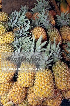 Décrochage ananas au marché de Saint-Denis de la réunion