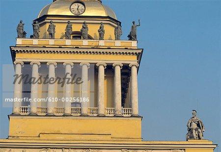 Beffroi de Saint-Pétersbourg, en Russie, les détails d'architecture Amirauté