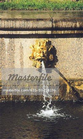 Fontaine de Saint-Pétersbourg, en Russie, au jet d'eau à l'intérieur du Palais de Peterhof