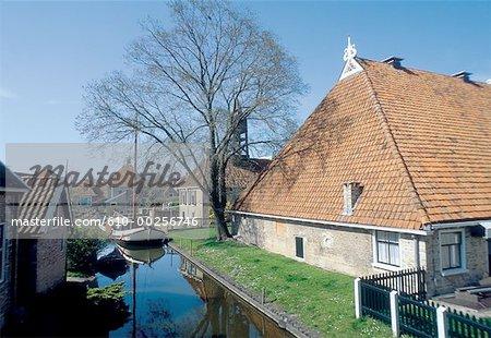 Aux pays-bas, Friesland, Hindeloopen, abrite près de canal